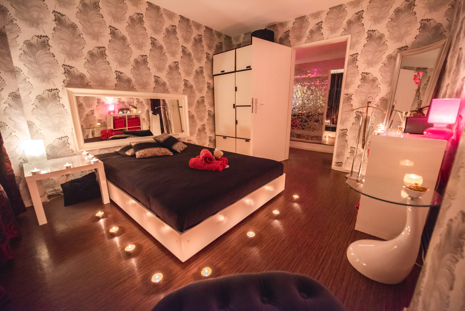 Erotik Massage Raum mit Spiegelbett